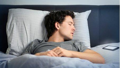 Để điện thoại trên đầu khi ngủ có ảnh hưởng gì không?