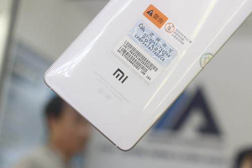Logo Xiaomi ở phía sau xiaomi mi4
